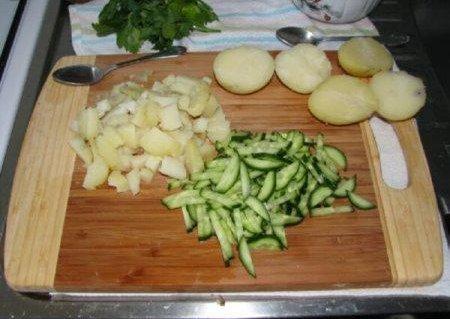 салат из кальмаров-картошка-огурци